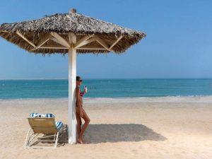 При мастопатии не рекомендуется загорать под прямыми лучами солнца